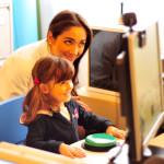 La Dott.ssa Valentina Bebi ed una piccola paziente durante un test audiologico
