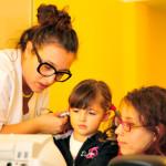 La Dott.ssa Elisa Stefanoni con una piccola paziente ed una studentessa volontaria