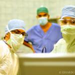 Il Prof. Giovanni Felisati osserva orgoglioso la Dott.ssa Valentina Bebi ed il Dott. Francesco Messina